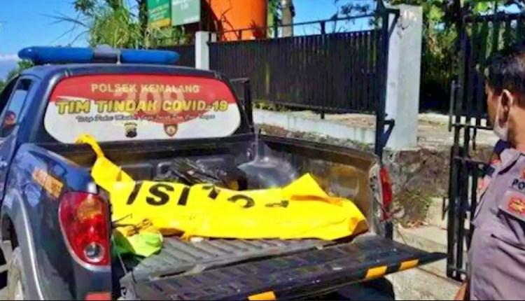 Petugas Kepolisian saat mengevakuasi jenazah wisatawan yang jatuh di jurang 80 meter