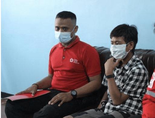 LINGLUNG: Saiful Bahri (kemeja kotak) saat berada di Markas PMI Kabupaten Indramayu. (foto: ist)