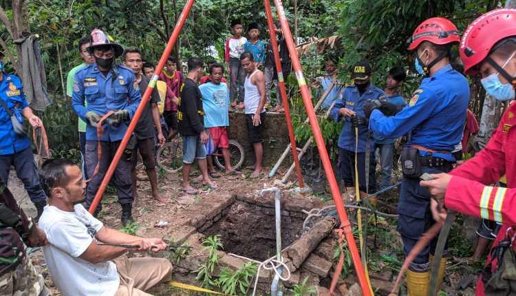 Petugas Damkar Kabupaten Magelang saat hendak mengevakuasi kedua korban yang jatuh kedalam sumur di Tempuran
