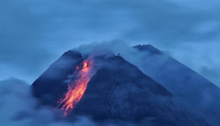 ERUPSI: Gunung Merapi mengeluarkan lava pijar terlihat dari Wonorejo, Hargobinangun, Pakem, Sleman, DIJ, Senin (18/1). (foto: antara/andreas fitri atmoko)