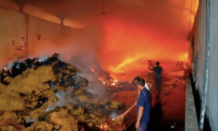 LUDES: Api membakar gudang sabut kelapa. (foto: ilustrasi/ist)