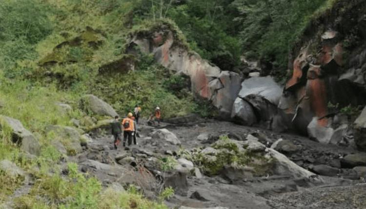 Tim SAR Gabungan melakukan pencarian Selomiyo, 35, di KRB 3 Merapi. (foto: ist)
