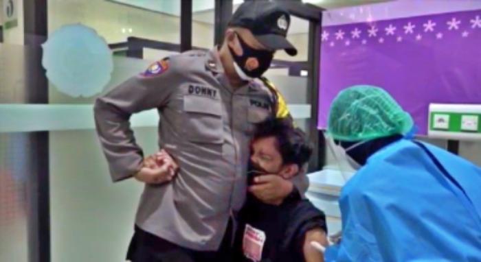 tangkapan layar video viral pemuda peluk dan berteriak saat suntik vaksin