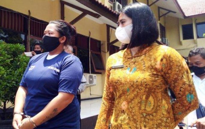 BORGOL: Warga Kabupaten Magelang, Minah alias Yuli saat di giring ke ruang tahanan Mapolres Kendal. (foto: ist)