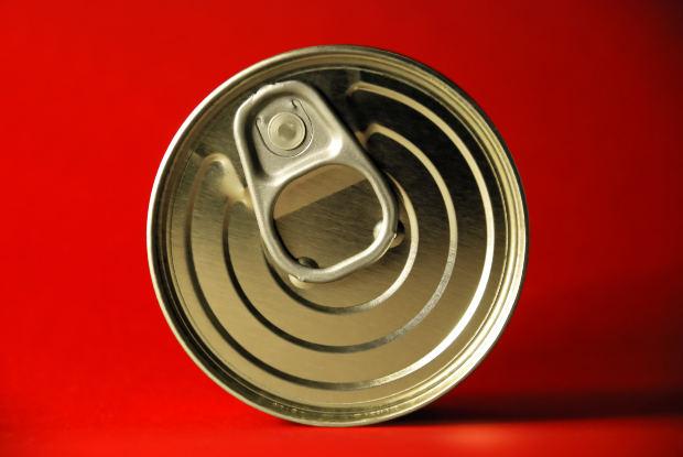 缶切なしで缶詰を開ける