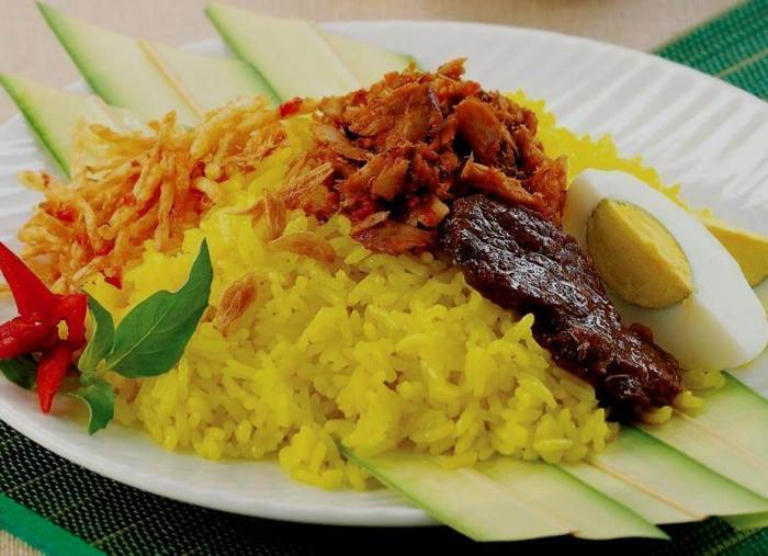 Makanan Khas Maluku Utara Nasi Kuning Ikan Telur