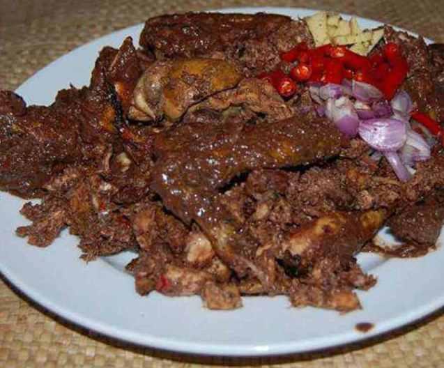 Nama Makanan Khas Batak Dayok Nabinatur terbuat dari daging ayam