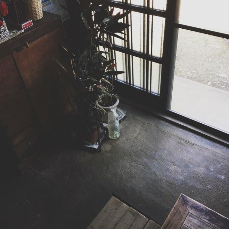 玄関には靴少なめ。