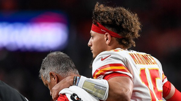 Report: Patrick Mahomes Expected To Return This Season After MRI Shows No Significant Damage To Knee