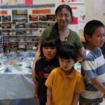 泥塑班老师夏至宁向记者展示学生作品
