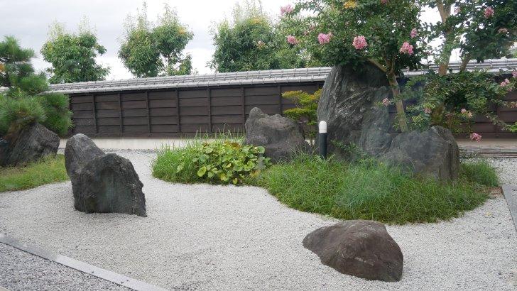 店内から眺められる【蔵人珈琲】の和庭