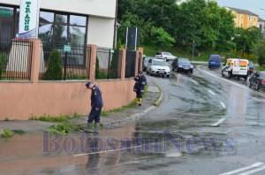 pompieri pe strada ploaie