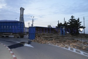 camion rasturnat sens giratoriu lemne