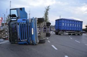 camion rasturnat sens giratoriu lemne3