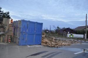 camion rasturnat sens giratoriu lemne5
