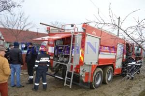 pompieri in fata unei case incendiu- botosani