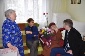 ovidiu portariuc a dat flori la o batrana de 102 ani din Botosani