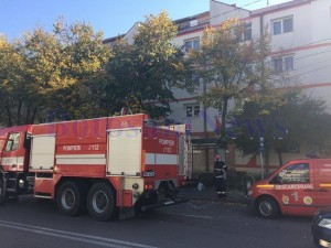 pompieri in fata blocului