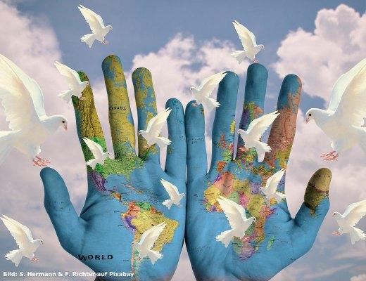 Bild: Zwei Hände, in denen die Erde gezeichnet ist und Friedenstauben