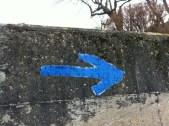 fleche-bleue-sur-mur-2