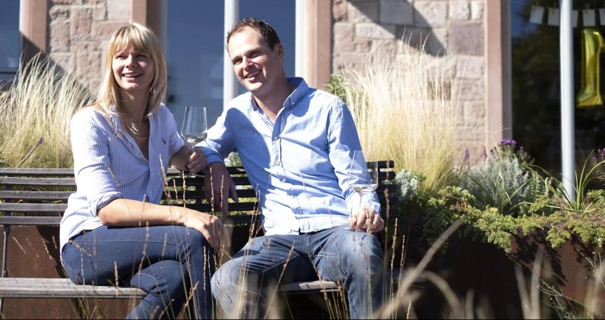 Anna-Maria und Georg Fogt genießen ihren Crémant draußen
