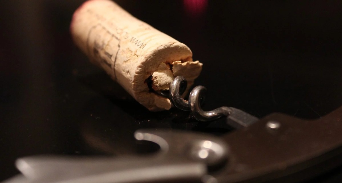 Korken vom Wein in der Spindel eines Korkenziehers
