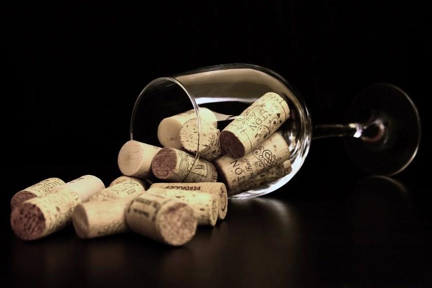 Umgekipptes Weinglas mit Korken