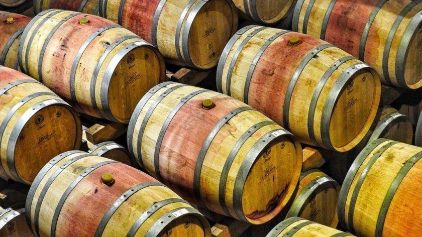 Barrique-Fässer in denen Rotwein sortenrein reift