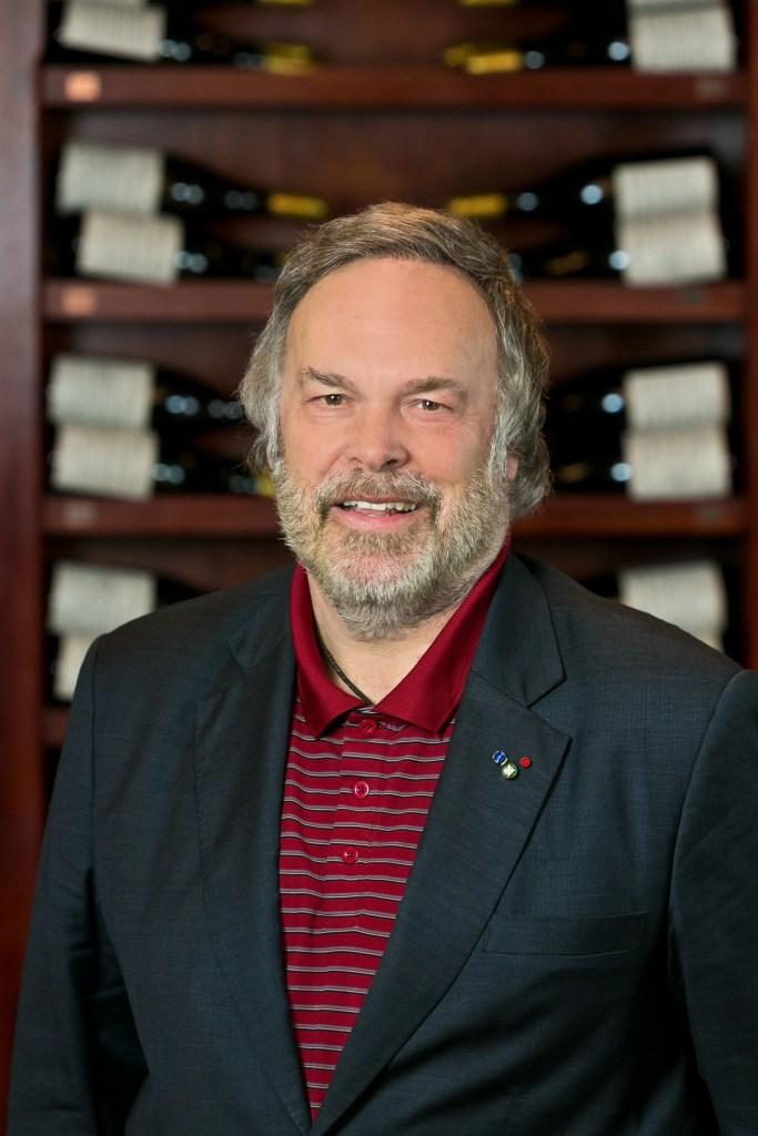 Weinkritiker Robert Parker vor einem Regal mit Weinflaschen