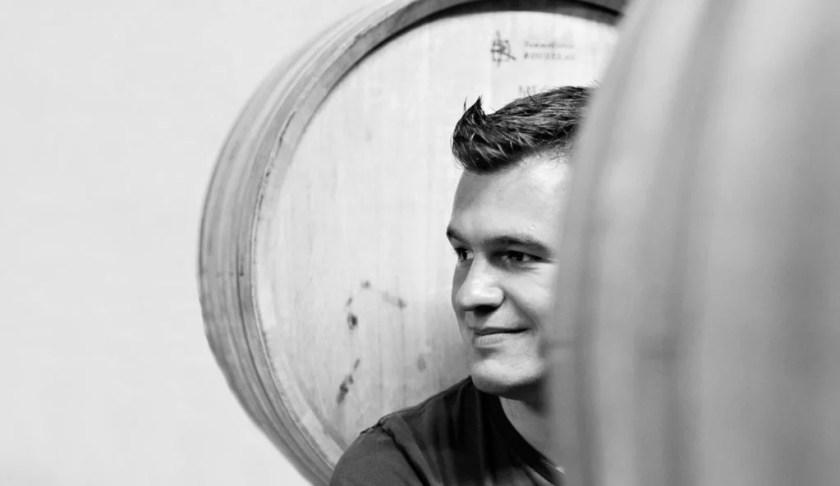 Winzer Michael Auer zwischen seinen Weinfässern im Weinkeller