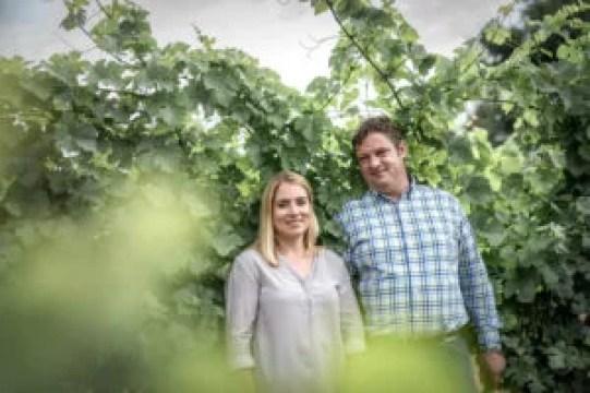 Winzerpaar Brigitte und Christian Edelmann auf ihrem Weingut im Carnuntum