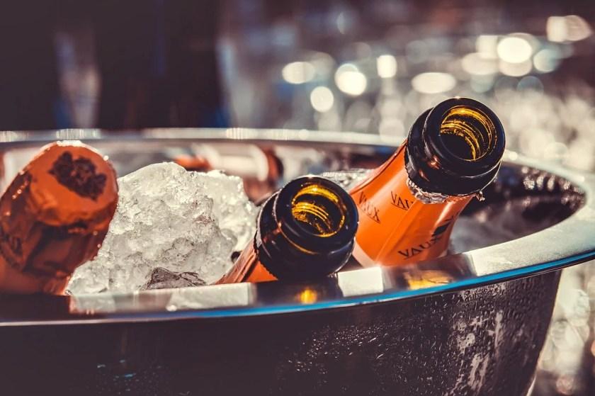 Wein zum Grillen: Sektkühler mit drei Sektflaschen und ganz viel Eis.