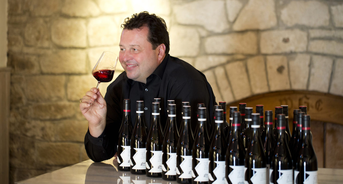 Winzer Walter Glatzer vom Weingut Walter Glatzer, der seine Weine probiert.