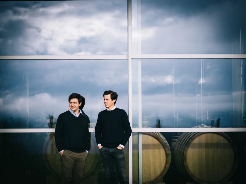 Die beiden Winzer Stefan und Armin Tement vor ihrem Weinkeller in der Südsteiermark