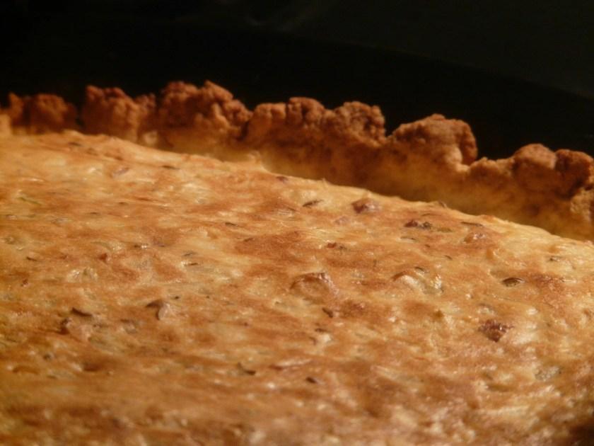 Detailbild von einem Zwiebelkuchen im Ofen