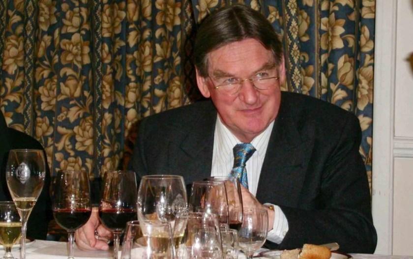 Hugh Johnson während einer Weinverkostung