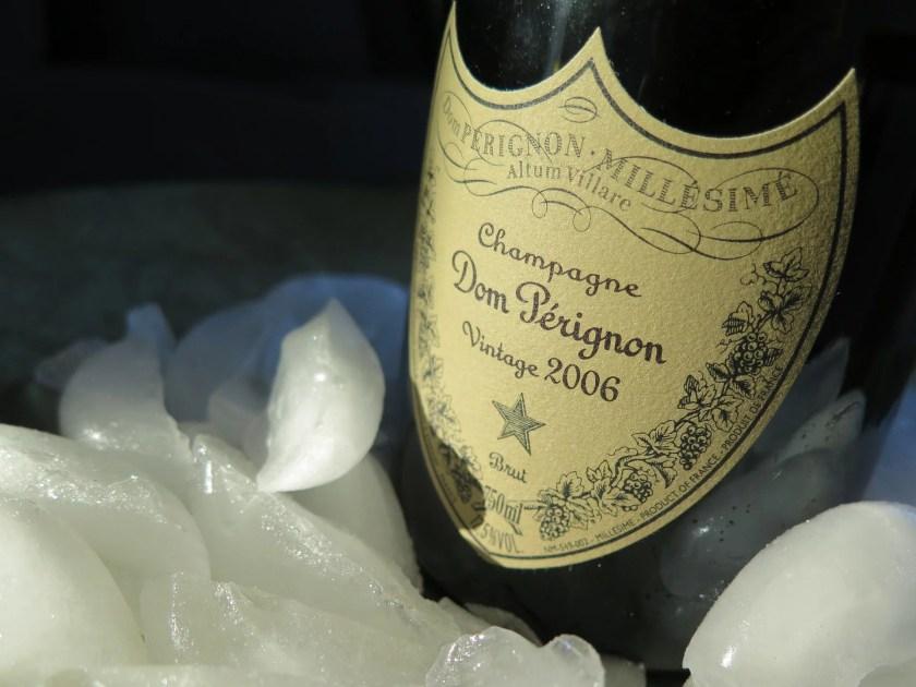 Eine Flasche Dom Pérignon Champagner wird auf Eis gekühlt