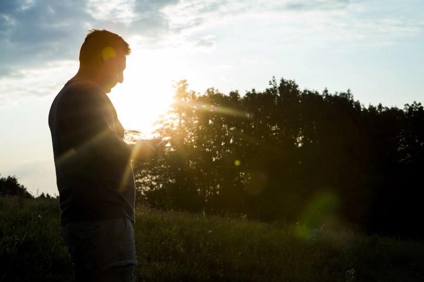 Winzer Uwe Schiefer kontrolliert die Qualität seiner Trauben bei Sonnenaufgang