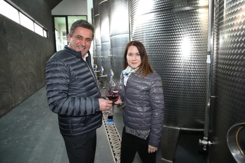 Winzer Lisa und Gerhard Pfneisl verkosten im Weinkeller gemeinsam einen Rotwein