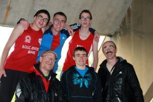 L'équipe de Saint-Quentin (moins Romuald) se cache sous les tribunes...