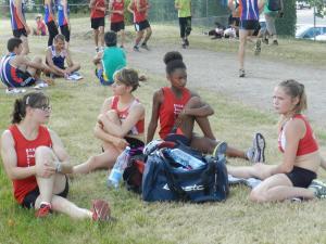 Les étirements avant la course... les filles ont l'air très sérieuses!