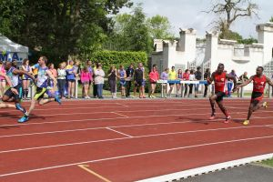 Transmission entre William et Ali sur 4*100m