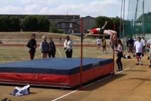 Malika passe 1m74 en hauteur lors des championnats de Picardie