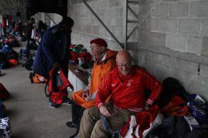 Fred et François 2 de nos juges récupèrent au sec dans les tribunes après avoir officié sous la pluie
