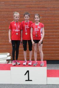 Lucie victorieuse du 1000m et Harmony sa dauphine, rejointes sur le podium par Lou médaillée d'argent au disque