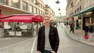 Sergey Yarokhovych, un athlète ukrainien qui a passé une semaine à s'entraîner avec le Bouc Athlétisme, ici dans les rues de Beauvais lors de la visite de la ville qui a ponctué son séjour parmi nous