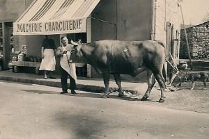 Petit retour dans le passé avec la boucherie de l'ancien boucher charcutier, Mr Georges POUDEVIGNE, dans les années 50.