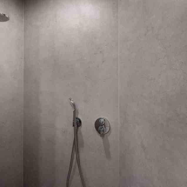 Douche met grote tegels