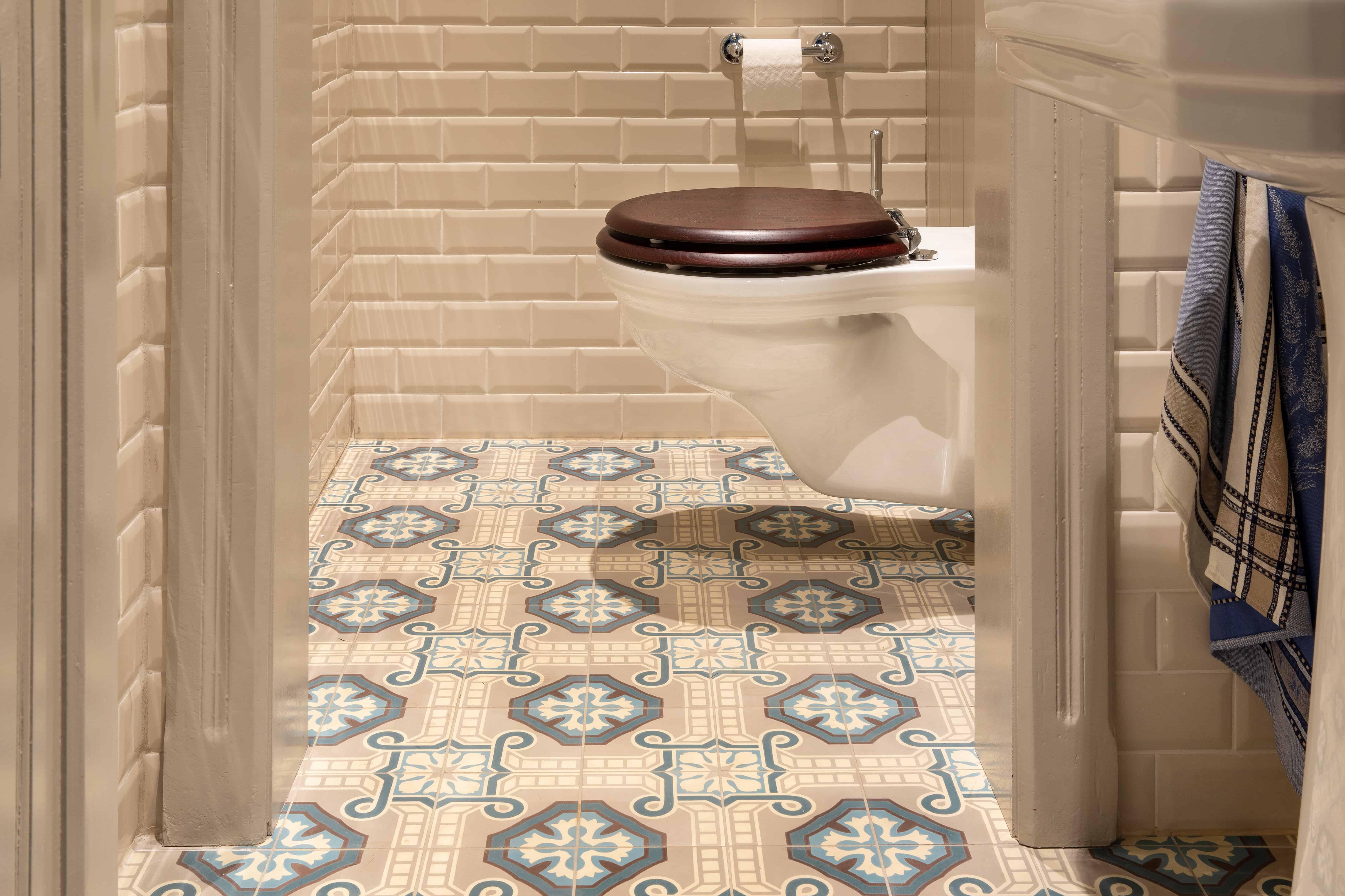 Badkamer met rustieke, retro tegels, warme stijl - West-Vlaanderen