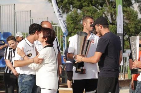 Mme Luiggi & son petit-fils Jean-Noel remettant les trophées à la triplette victorieuse